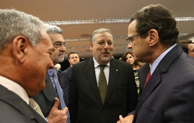 Berzoini (centro) conversa com Henrique Alves (direita) no plenário da Câmara em 2013 (Foto Sergio Lima/Folhapress)