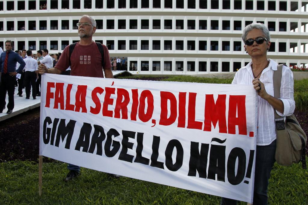 Protesto de servidores do TCU contra a indicação de Gim Argello para ministro do órgão (Foto: Beto Barata/Folhapress)