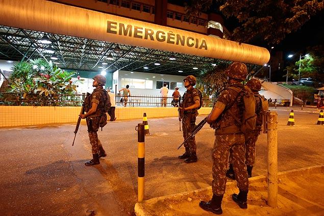 Com a PM em greve, soldados do Exército fazem segurança de hospital  na periferia de Salvador (Joel Silva/ Folhapress