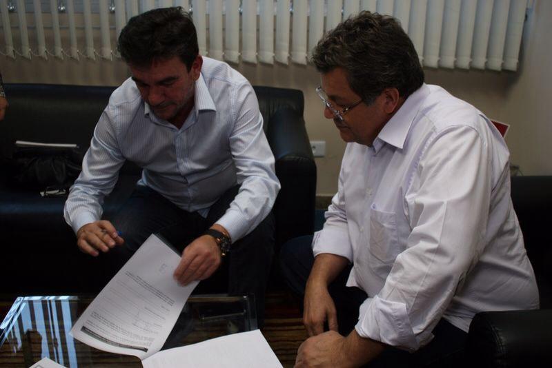 Andrés Sanchez, ex-presidente do Corinthians, assina ficha de inscrição para se candidatar à Câmara ao lado de Emídio de Souza, presidente do PT-SP.