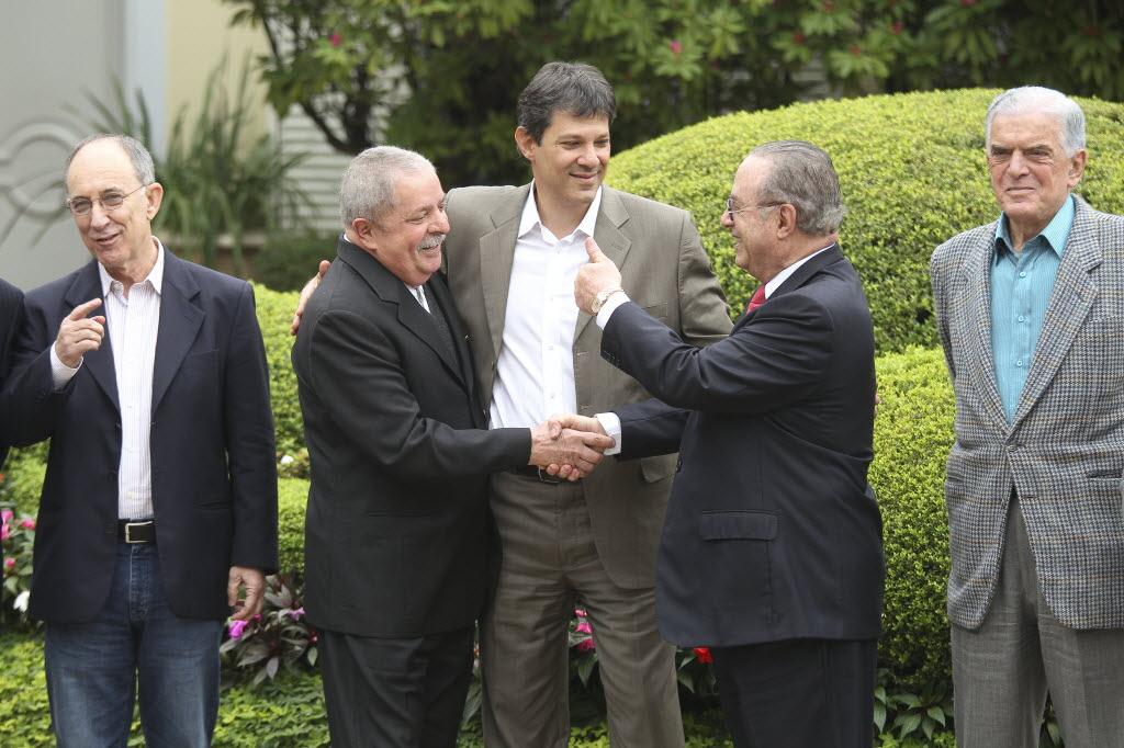 Rui Falcão, Lula, Haddad e Maluf nos jardins da mansão do presidente estadual do PP em São Paulo em 2012 (Foto: Moacyr Lopes Jr/Folhapress)