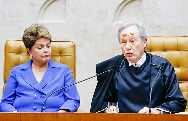 Observado por Dilma, Lewandowski discursa em sua posse na presidência do STF (Pedro Ladeira/Folhapress)
