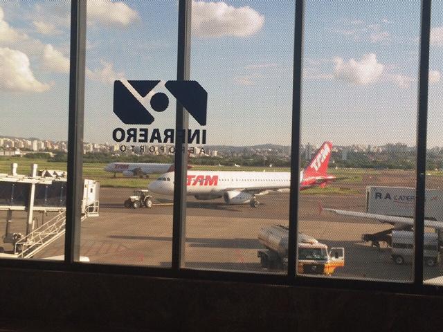 Avião da TAM que levaria o deputado do PSB é rebocado (Foto: Assessoria de imprensa)