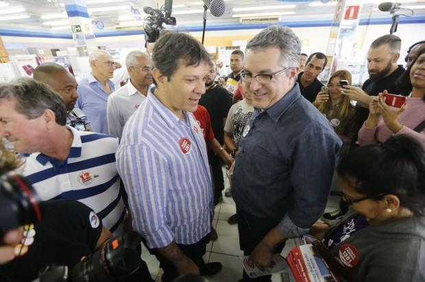 Fernando Haddad (esq), que convidou Alexandre Padilha para a Secretaria de Relações Governamentais (Foto: Moacyr Lopes Jr./Folhapress)