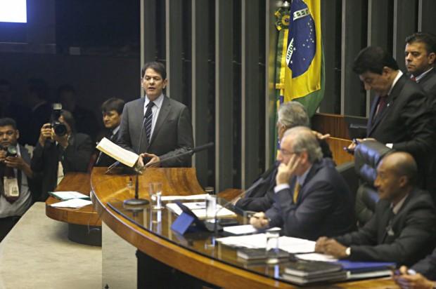 Cid Gomes na tribuna da Câmara, com Eduardo Cunha na presidência da sessão (Foto: Pedro Ladeira/Folhapress)