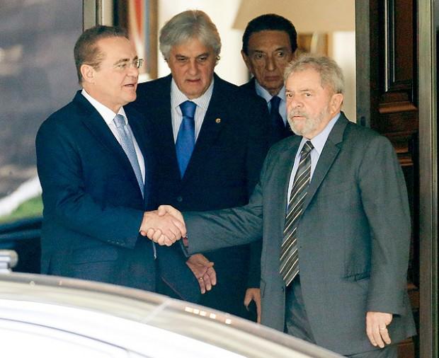 Lula cumprimenta Renan Calheiros após almoço em maio (Pedro Ladeira - 14.mai.2015/Folhapress)