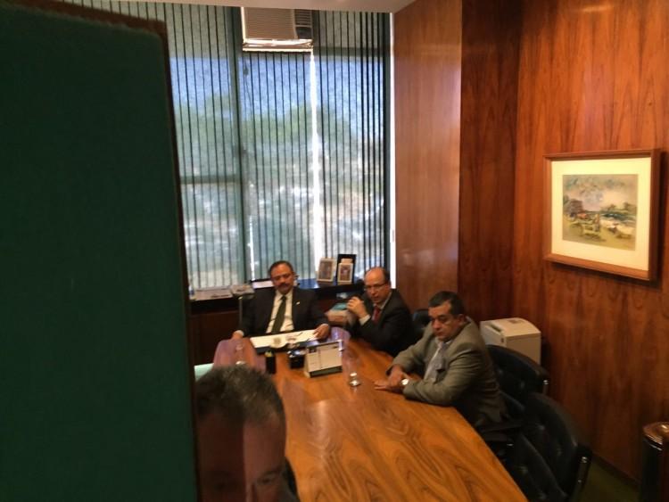 Waldir Maranhão (PP-MA), sentado na cadeira principal do gabinete da presidência da Câmara (Paulo Gama/Folhapress)